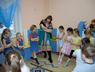 Воспитатель приглашает детей выйти